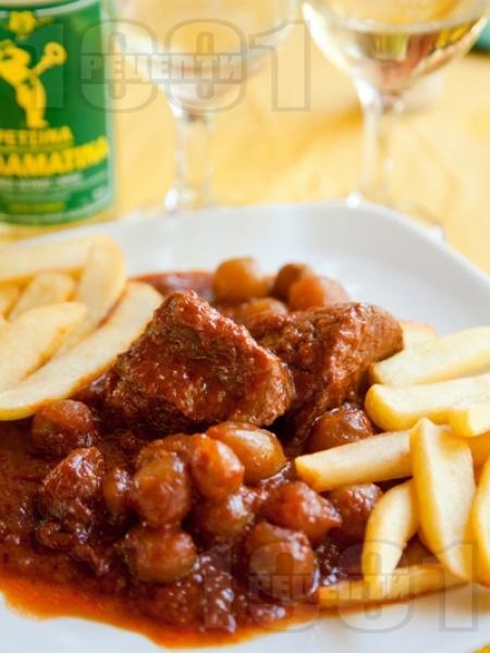 Стифадо - гръцко ястие с телешко месо, малки лукчета арпаджик, вино и винегрет - снимка на рецептата